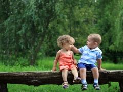 함께 놀고 있는 남자아이와 여자 아이